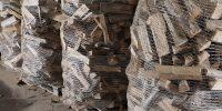 Brennholz im Netz gewickelt auf Palette